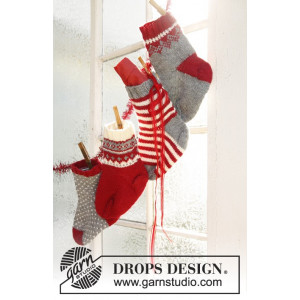 Adventsstrumpor by DROPS Design - Kalenderstrumpor Julpynt Stickbeskri