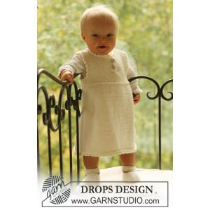 Baby Harriet by DROPS Design - Baby Klänning och Tofflor Stick-mönster